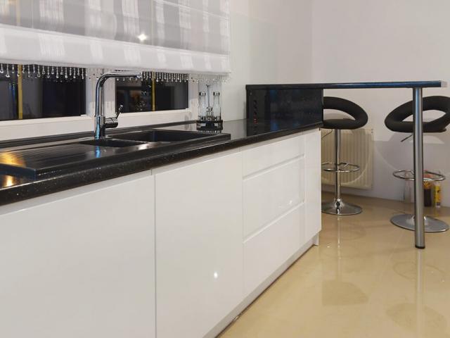 Nowoczesne meble na wymiar do kuchni w połysku z uchwytem tip-on