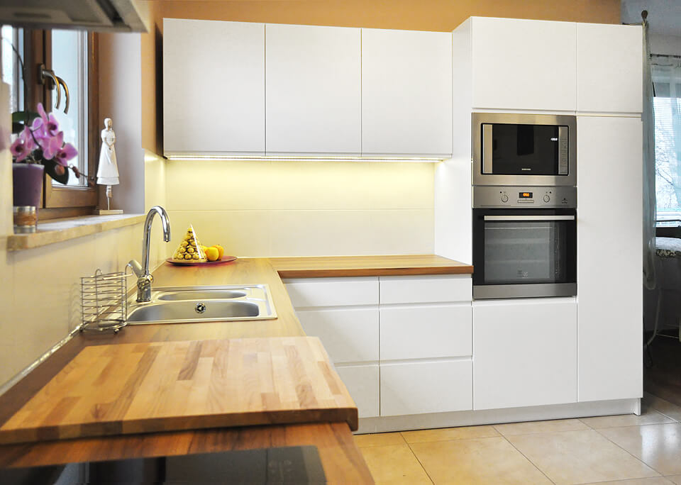 Nowoczesna aranżacja kuchni w kolorze białym